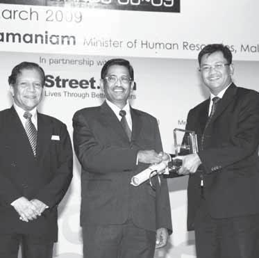 BUILDING OUR PEOPLE ANNUAL REPORT 2009 01 02 01 SSP2 WTPs Book Fair attracted the interests of our employees children 02 SYABAS was awarded the Bronze Medal from Malaysian HR Award RETAINING AND